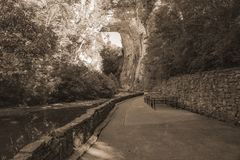 Sepia Tone Image do arco da rocha no parque estadual natural da ponte, Virgínia, EUA foto de stock