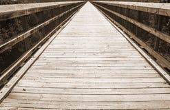 Sepia Tone View der hohen Brücken-Spur, die für immer geht lizenzfreies stockfoto