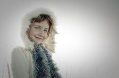 Sepia tonte Bild der tragenden Eskimo angeredeten Pelz getrimmten Haube des behaarten Mädchens des jungen Mädchens Stockfotografie