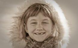 Sepia tonte Bild der tragenden Eskimo angeredeten Pelz getrimmten Haube des behaarten Mädchens des jungen Mädchens Lizenzfreie Stockbilder