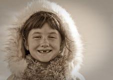Sepia tonte Bild der tragenden Eskimo angeredeten Pelz getrimmten Haube des behaarten Mädchens des jungen Mädchens Stockfoto