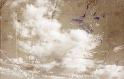 Sepia tonte Bild von Wolken in te Himmel Bild wird mit Papierbeschaffenheit und Flecken, Weinleseblickart gemasert Lizenzfreie Stockbilder