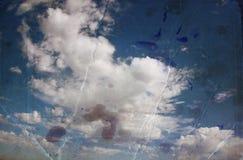 Sepia tonte Bild von Wolken in te Himmel Bild wird mit Papierbeschaffenheit und Flecken, Weinleseblickart gemasert Stockfoto