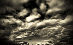 Sepia zwart-wit zwart-witte de hemelzonsondergang en zonsopgang van beeldwolken, Stock Afbeeldingen