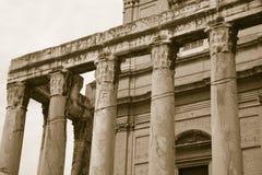 Sepiabild av templet av Antoninus och Faustina som byggs i ANNONS 141, på Roman Forum, Rome, Italien, Europa Royaltyfria Foton