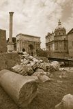 Sepiabild von römischen Ruinen mit Spalte von FOCA mit Roman Forum im Hintergrund in Rom, Italien, Europa Stockfotografie