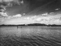 Sepiafarbe des traditionellen Fischens mit Panoramalandschaft lizenzfreies stockbild