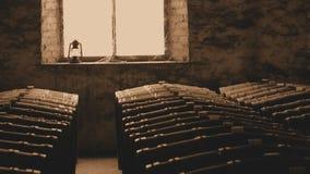Sepiafoto von historischen Weinfässern im Fenster Stockfoto