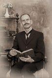 Sepiaporträt des Mannes das Buch lesend Stockfoto