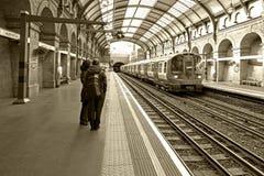 Sepiowa fotografia pociąg przy Notting wzgórza bramy stacją Londyn Anglia Zdjęcia Royalty Free