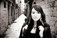 Sepiowa uliczna dziewczyna zdjęcie royalty free