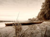 Sepiowy retro styl, łódź w stawie zdjęcia stock