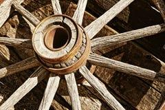 sepiowy rocznika furgonu koło drewniany Fotografia Stock