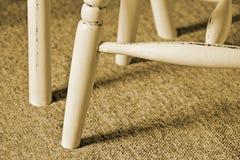 Seppia antica delle gambe della sedia del cottage Immagine Stock