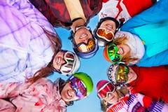 Sept amis heureux dans les lunettes de port de cercle Photo libre de droits