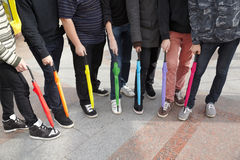 Sept années de l'adolescence avec les parapluies fermés en passage supérieur Image libre de droits