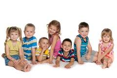 Sept enfants sur le plancher Images libres de droits