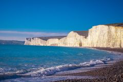 Sept falaises blanches célèbres de soeurs à la côte du Sussex Angleterre photographie stock