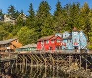 SEPT. 17, 2018 - Ketchikan, AK: Исторические здания улицы заводи, построенные на поднятом променаде над заводью Ketchican стоковое изображение rf