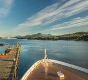 17 sept., 2018 - Ketchikan, AK: Het leegmaken van dokken en de boog van het cruiseschip bij zonsondergang in Tongass-Kanaal stock fotografie