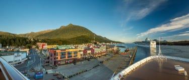 Sept 17, 2018 - Ketchikan, AK: Panorama Tongass kanał, nabrzeże i odjeżdżanie statki wycieczkowi przy zmierzchem, zdjęcie royalty free