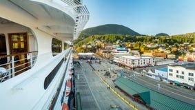 Sept 17, 2018 - Ketchikan, AK: Podwyższony widok, statków wycieczkowych doki od Volendam przy zmierzchem, obraz stock