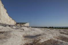 Sept soeurs, East Sussex, Angleterre - la plage de craie et les falaises, les cieux bleus photo stock
