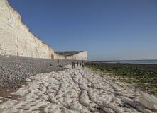 Sept soeurs, East Sussex, Angleterre, le BRITANNIQUE - la plage et les falaises de craie images libres de droits