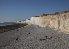 Sept soeurs, East Sussex, Angleterre, le BRITANNIQUE - les gens sur la plage images stock