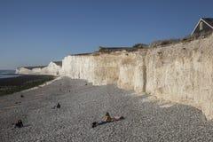 Sept soeurs, East Sussex, Angleterre - les gens sur la plage image libre de droits
