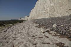 Sept soeurs, East Sussex, Angleterre, R-U - la plage blanche et les cieux bleus images libres de droits