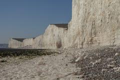 Sept soeurs, East Sussex, Angleterre, R-U ; plage blanche et cieux bleus photographie stock libre de droits