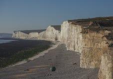 Sept soeurs, East Sussex, Angleterre, R-U ; une vue de la plage et des falaises photographie stock libre de droits