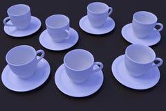 Sept tasses de café blanc avec la soucoupe sur une surface réfléchie foncée Photos libres de droits