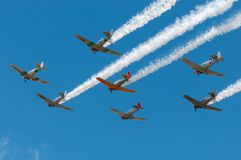 Sept Texans AT-6 volent au-dessus de la fumée de remorquage Photos libres de droits