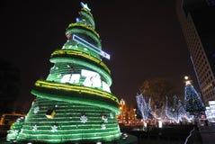 Sept vers le haut de l'arbre de Noël de bouteille la nuit Photos libres de droits