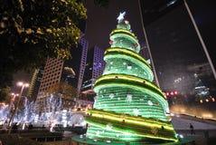 Sept vers le haut de l'arbre de Noël de bouteille la nuit Images libres de droits