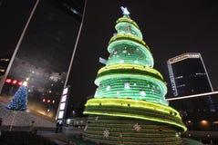 Sept vers le haut de l'arbre de Noël de bouteille la nuit Image stock
