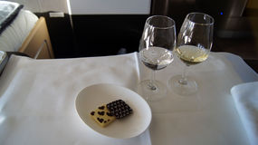 SEPTEMBER 2014: Äta middag för första klass som är onboard en Boeing 747 Royaltyfria Bilder