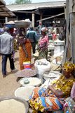 3 September, 2015 - Accra, Ghana: Vrouwen in kleurrijke markt in landelijk Ghana royalty-vrije stock afbeeldingen