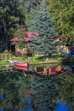 3. September 2016 - alaskisches Blockhaus und rotes Kanu mit Wasserreflexionen, nahe Hoffnung, Alaska Stockbild