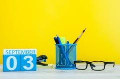 3. September Bild vom 3. September, Kalender auf gelbem Hintergrund mit Büroartikel Zurück zu Schule-Konzept Stockfotografie