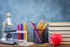 1. September Bildungspostkarte, Lehrertag, zurück zu Schulcollege, Versorgungen Lizenzfreies Stockfoto
