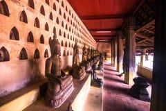 25 september, 2014: Boeddhistische standbeelden in Sisaket-tempel in Vienti Stock Afbeelding