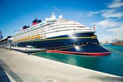 8 SEPTEMBER, 2014: Cruisevoering Magisch Disney gedokt bij Haven van Malaga, Spanje stock fotografie