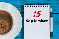 15 september Dag 15 van maand, hete koffiekop met losbladige kalender op accauntant werkplaatsachtergrond Autumn Time Stock Foto's