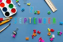 2 september Dag 2 van maand, terug naar schoolconcept Kalender op leraar of studentenwerkplaatsachtergrond met school Royalty-vrije Stock Fotografie