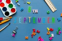 6 september Dag 6 van maand, terug naar schoolconcept Kalender op leraar of studentenwerkplaatsachtergrond met school Royalty-vrije Stock Afbeeldingen