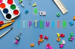 4 september Dag 4 van maand, terug naar schoolconcept Kalender op leraar of studentenwerkplaatsachtergrond met school Stock Afbeeldingen