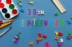 30 september Dag 30 van maand, terug naar schoolconcept Kalender op leraar of studentenwerkplaatsachtergrond met school Stock Fotografie